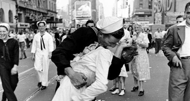La foto di Alfred Eisenstaedt si chiama 'VJ Day in Times Square,' ma è noto ai più come 'The Kiss'