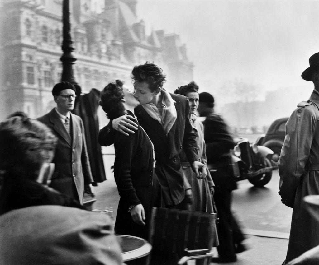 """""""Il bacio dell'Hotel De Ville""""(9 marzo 1950), di Robert Doisneau"""