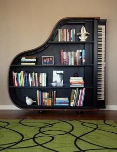 Scaffale a muro a forma di pianoforte