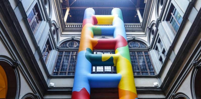 Una scala colorata nel cortile di Palazzo Strozzi a Firenze