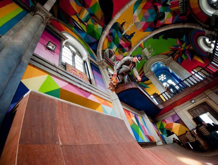 Una chiesa abbandonata diventa un artistico skate park.
