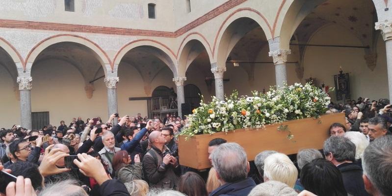 L'ultimo saluto a Umberto Eco, grande folla di gente ai funerali