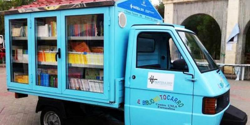 Bibliomotocarro, il maestro che distribuisce i libri con la sua ape