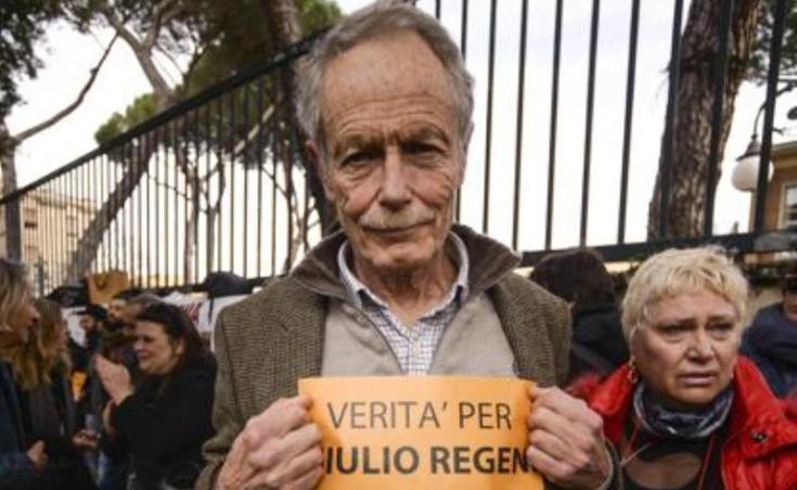 """Verità per Regeni"", anche Erri De Luca manifesta davanti all'ambasciata d'Egitto"