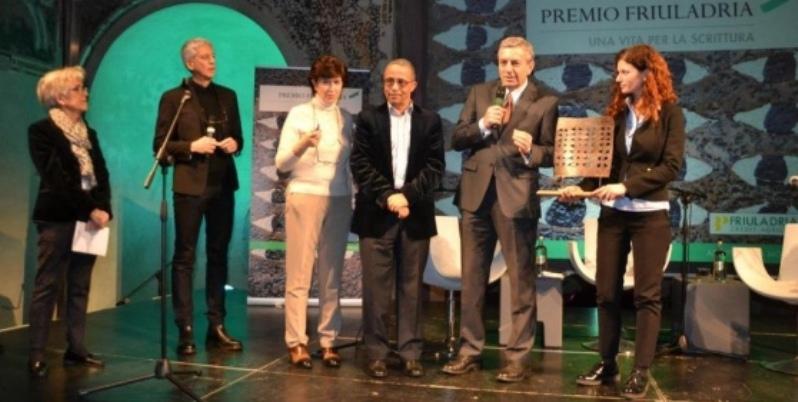 """Dedica a Pordenone, Yasmine Khadra riceve il premio """"Una vita per la scrittura"""""""