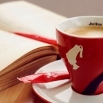 Pay with a Poem, a Milano il bar Julius Meinl offre un caffè in cambio di una poesia