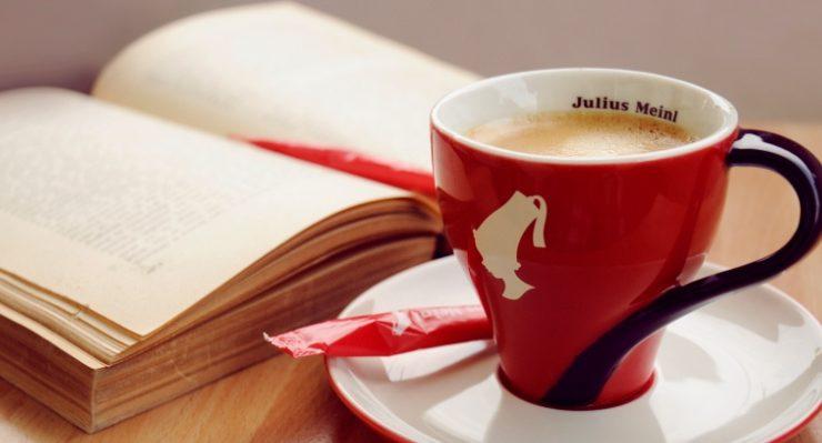 Pay with a Poem, a Milano il bar Julius Meinl offre un caffè in cambio di una poesia