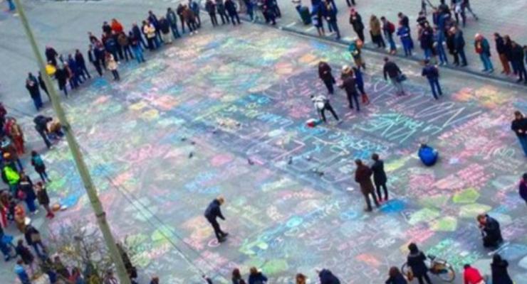 """Bruxelles, """"i gessetti della pace"""": le scritte contro l'odio"""