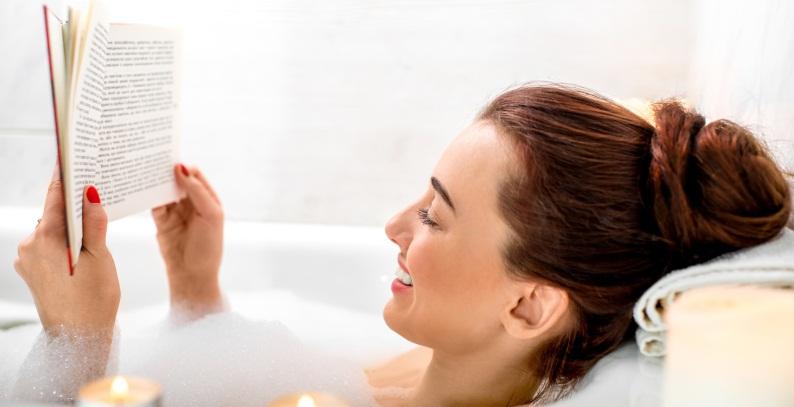 Per un italiano su due il bagno è il luogo più rilassante dove leggere. Ecco l'identikit dei lettori italiani