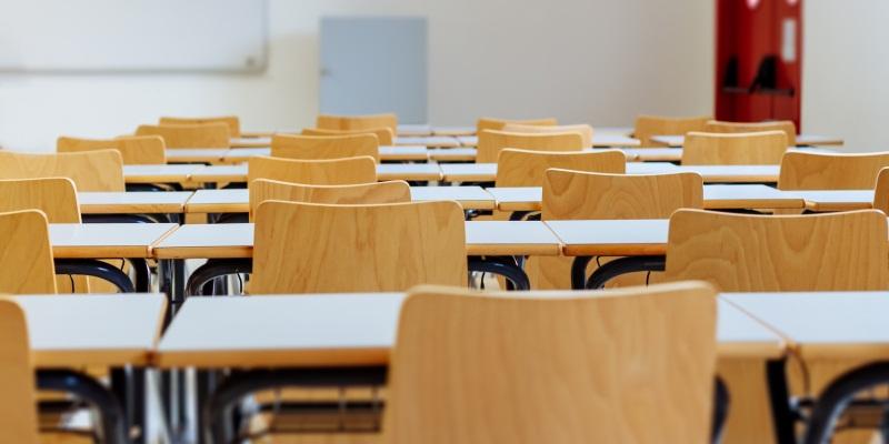 Giulio, un ragazzo autistico di 14 anni di Livorno, è stato lasciato in classe mentre i suoi compagni sono andati in gita. Sui social parte l'iniziativa di solidarietà a sostegno del ragazzo