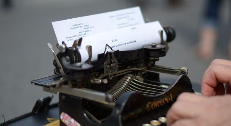 Poeti a Chicago con macchina da scrivere