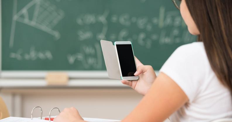 Scuola, stop al divieto di smartphone in classe