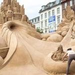 Ecco le sculture di sabbia letterarie, per promuovere la lettura in spiaggia