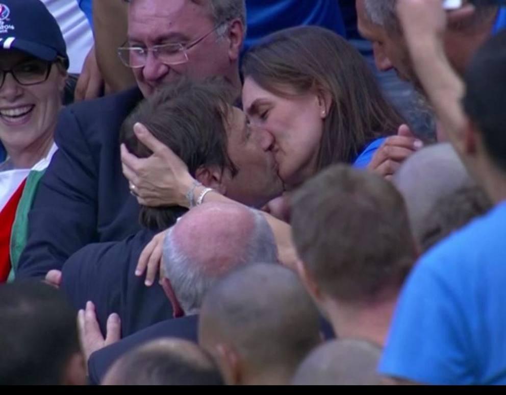 Il bacio di Antonio Conte alla moglie dopo Italia-Spagna
