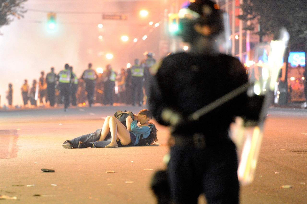 "Il ""Vancouver Riot Kiss"" di Richard Lam"