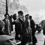 """""""Il bacio davanti all'hotel De Ville"""" di Robert Doisneau"""