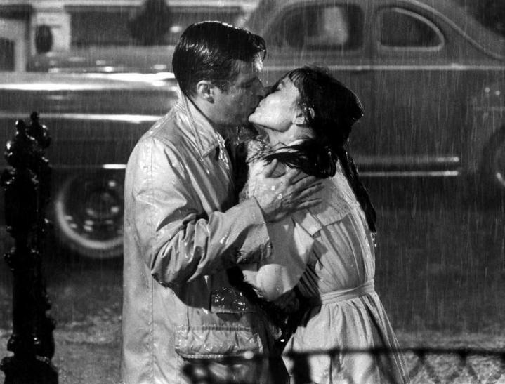 """Il bacio in """"Colazione da Tiffany"""" tra Audrey Hepburn e George Peppard"""
