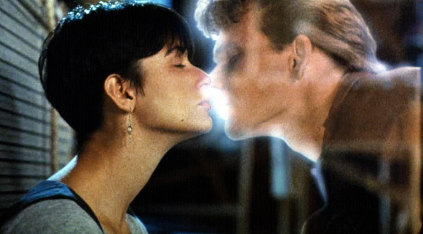 """Il bacio in """"Ghost"""" tra Demi Moore e Patrick Swayze"""