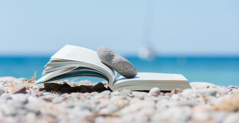 Leggere libri in spiaggia