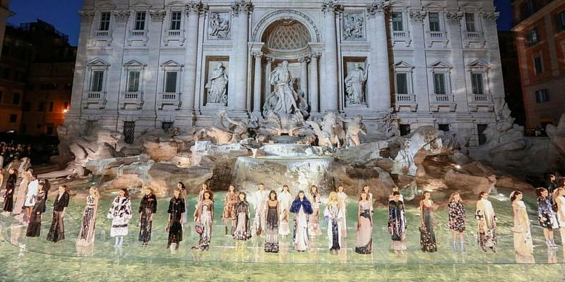 la sfilata di Fendi alla Fontana di Trevi