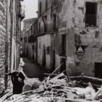 Robert Capa in Italia 1943-44 | Anziana donna tra le rovine di Agrigento, 17-18 luglio 1943