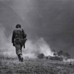 Robert Capa in Italia 1943-44 | Soldato americano in perlustrazione nei dintorni di Troina, 4-5 agosto 1943