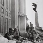 Robert Capa in Italia 1943-44 | Soldati americani a Troina, nei pressi della cattedrale di Maria Santissima Assunta, dopo il 6 agosto 1943