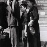 Robert Capa in Italia 1943-44 | In coda per l'acqua in una via di Napoli, ottobre 1943