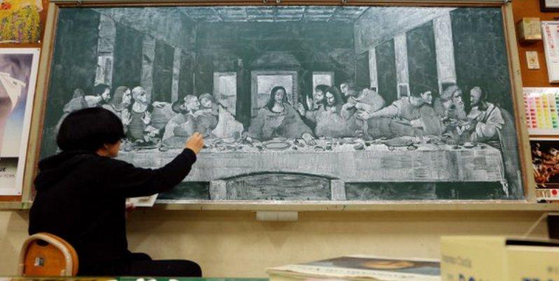 Giappone, un insegnate riproduce i grandi capolavori dell'arte sulla lavagna della scuola