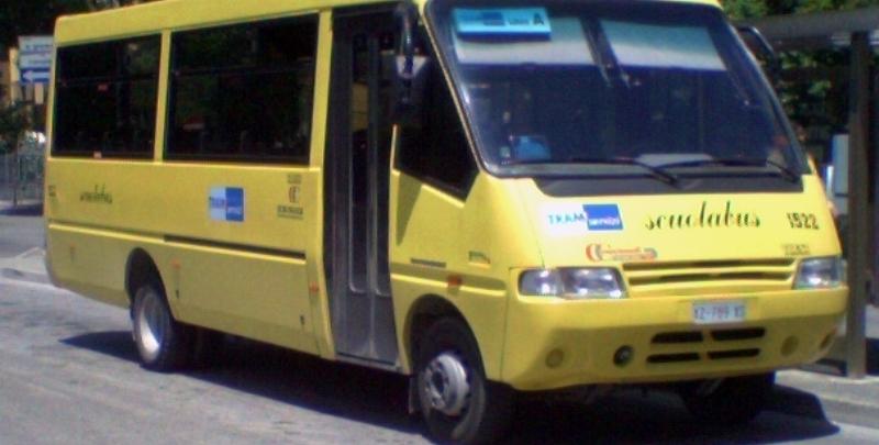 Terremoto, ecco lo scuolabus che porta i ragazzi a studiare in tendopoli