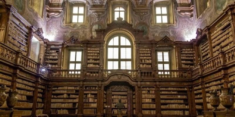 Napoli, libri antichi abbandonati tra la muffa e la polvere