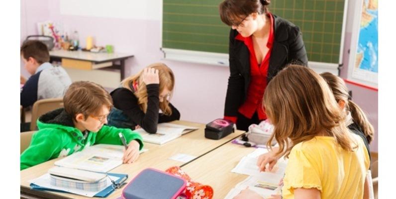 Giornata mondiale degli insegnanti, in Italia un docente su due si sente sottovalutato
