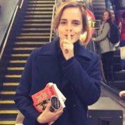 L'attrice Emma Watson distribuisce libri per la metropolitana di Londra con dedica