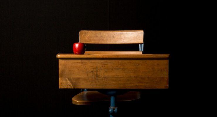 Prof di Palermo manda fuori dalla classe un alunno, i genitori picchiano l'insegnante