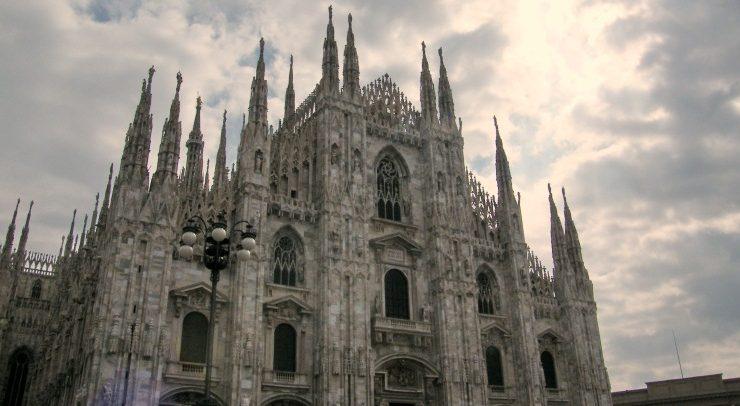 Precipita dalla terrazza del Duomo di Milano e muore, annullato concerto di Natale