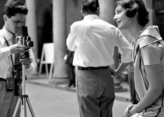 23 luglio 1958. Fashion shoot in the courtyard of Palazzo Strozzi. Foto Locchi /©Archivio Foto Locchi