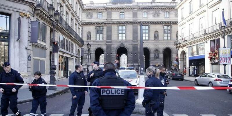 """Parigi, vicino al Louvre un militare spara a un uomo con machete che urla """"Allah Akhbar"""""""