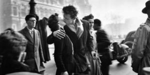 """""""Le Baiser De L'Hotel De Ville"""", la storia del bacio più famoso della fotografia"""