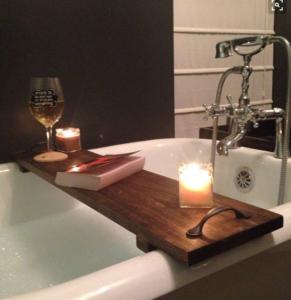 Ecco 6 semplici modi per leggere libri nella vasca da - Modi per andare in bagno ...