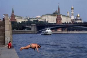 Mosca 1987 tuffo nelle acque della Moscova di fronte al Cremlino.