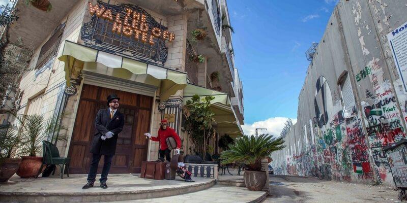 Hotel con camera vista muro, il The Walled Off Hotel di Banksy