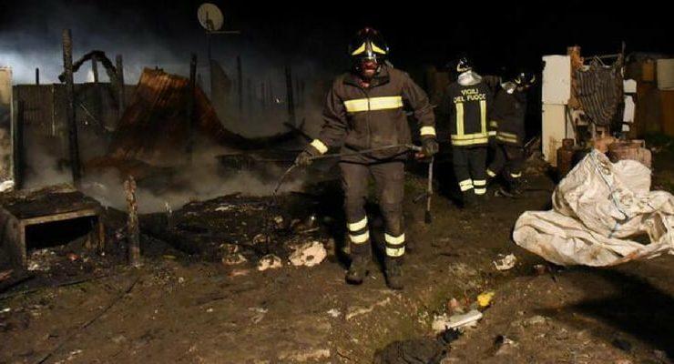 A fuoco una baraccopoli vicino a Foggia, morti due migranti nella nostra Calais