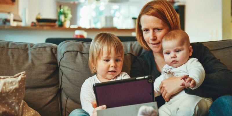 Dare ai bambini cellulari e tablet inibisce la loro capacità di lettura, ecco perché