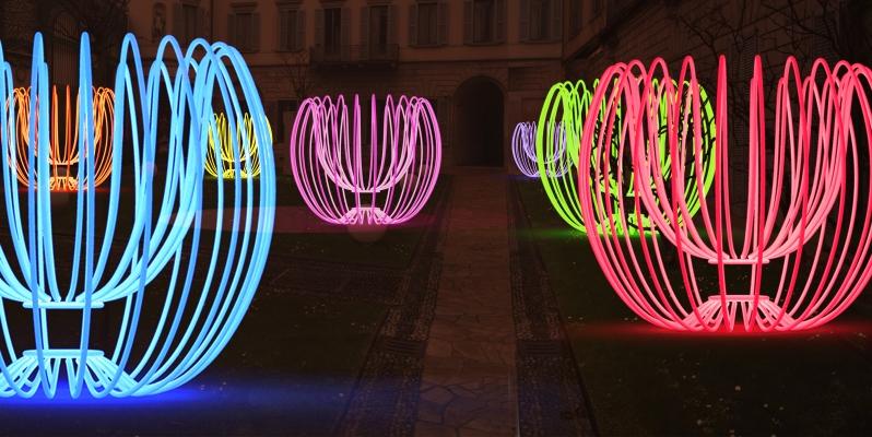 """L'installazione artistica """"Poesie di Neon"""" illumina le notti del Fuorisalone"""