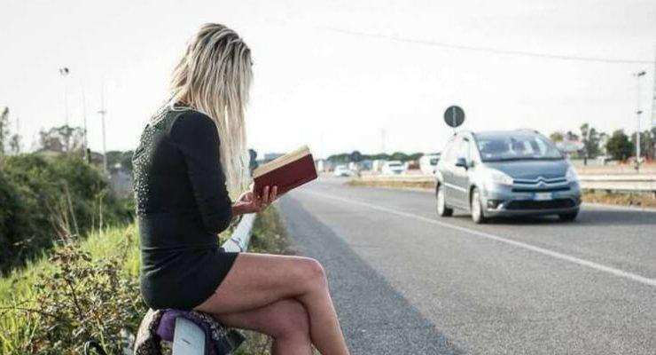 La storia della prostituta che legge libri tra un cliente e l'altro