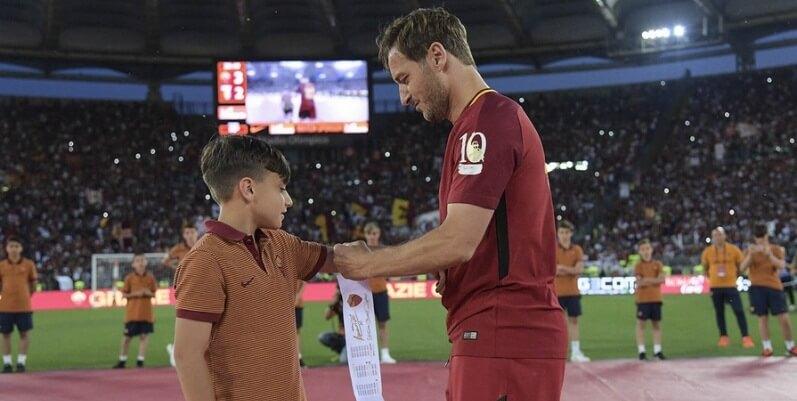 """""""Vi amo"""", la lettera di addio al calcio Francesco Totti dedicata ai suoi tifosi"""