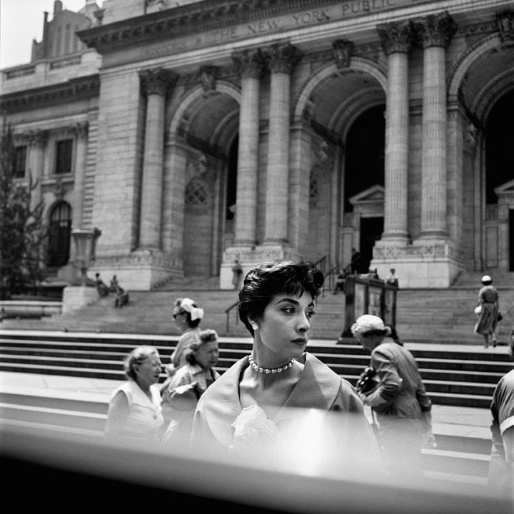 Vivian Maier - New York Public Library, New York, 1952 ca.© Vivian Maier/Maloof Collection, Courtesy Howard Greenberg Gallery, New York.