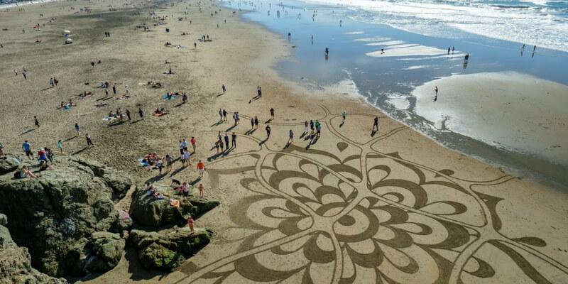 Gli artisti che creano capolavori sulla sabbia