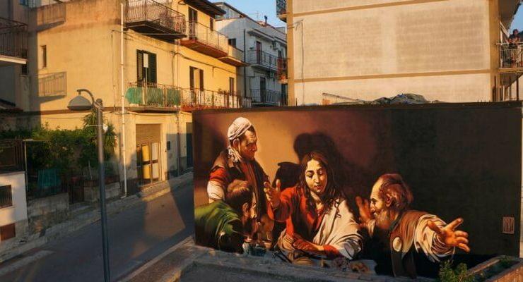 Andrea Mattoni, l'artista che ha portato Caravaggio sui muri delle città