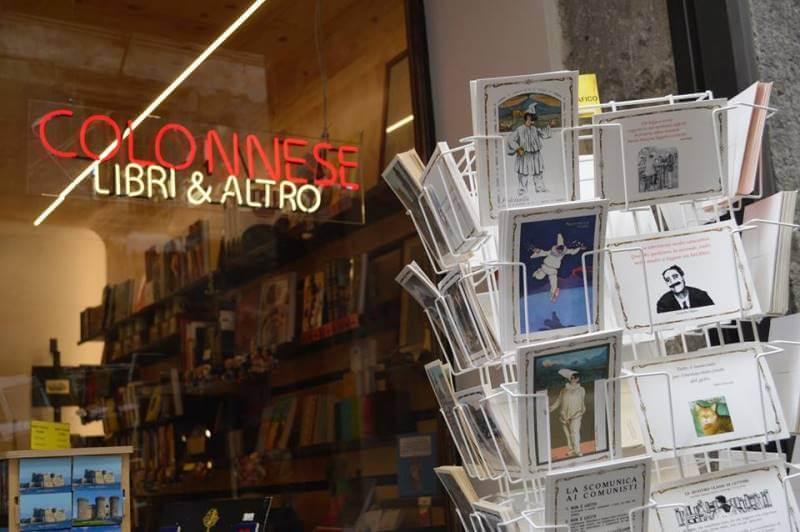 Libreria Colonnese a Napoli rilancia la moda delle cartoline